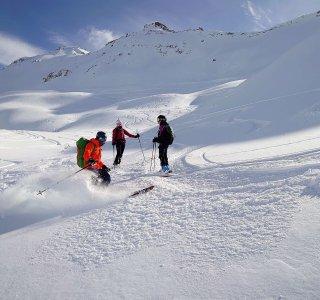 3 Skifahrer, Powderhang, Aussicht