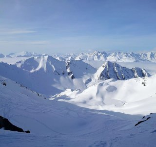 Powderhang, Skispuren, Bergpanorama