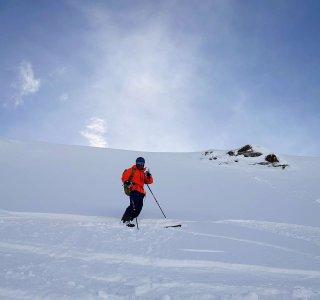 Skifahrer im Tiefschnee, Disentis