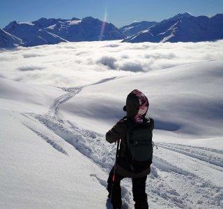 Tiefschneefahren, Berge über Wolkendecke