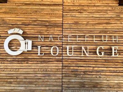 Holzwand m Logo