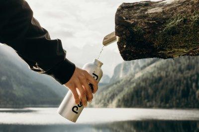 Graue Wasserflasche (c) Kate Joie von unsplash