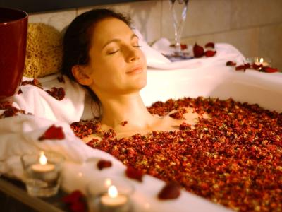 Frau in Badewanne mit Rosen