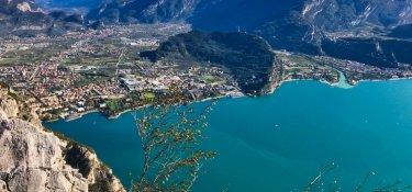 Blick auf Riva, Monte Brione , Monte Stivo und der nördliche Teil vom Gardasee