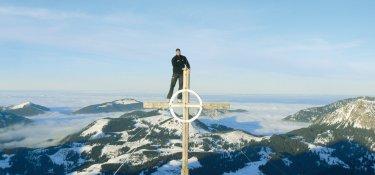 Klausi auf Gipfelkreuz