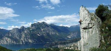 Phänomenale Routen und grandiose Ausblicke bieten die Sportkletterrouten am Gardasee