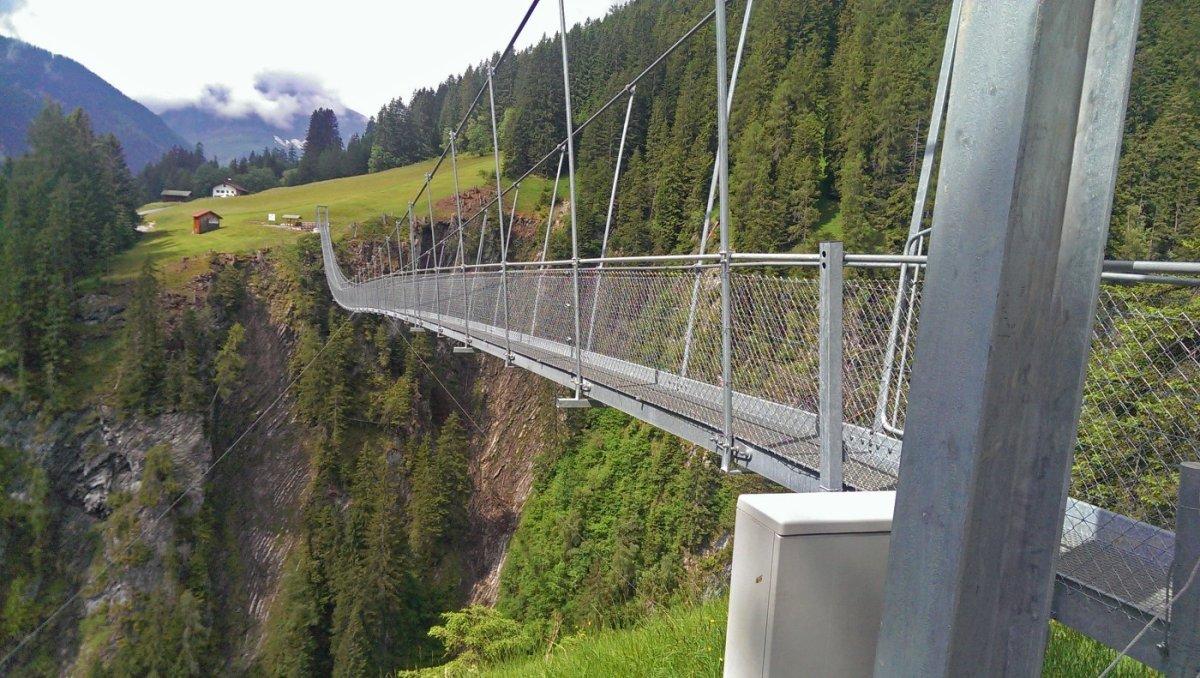 2. Tag - Kurz vor Holzgau überqueren wir das Höhenbachtobel über die mit 200m längste Hängebrücke Österreichs