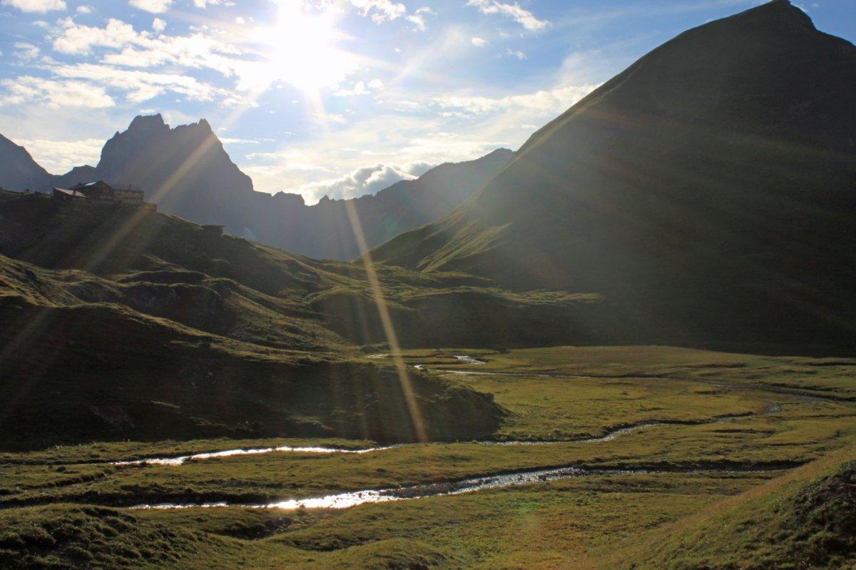2. Tag - Traumhaftes Spiel von Licht und Schatten am Abend vor der Memminger Hütte (2.242 m), unserer zweiten Übernachtung