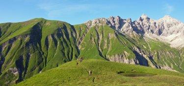 1. Tag - Hinter der Kemptner Hütte, im Hintergrund die typischen steilen Grashänge der Allgäuer Alpen
