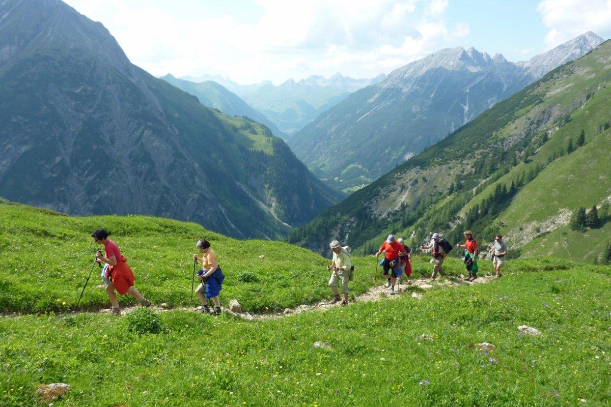 2. Tag - Ohne Rucksack fällt uns der Aufstieg zur Memminger Hütte leicht, im Hintergrund der Allgäuer Hauptkamm