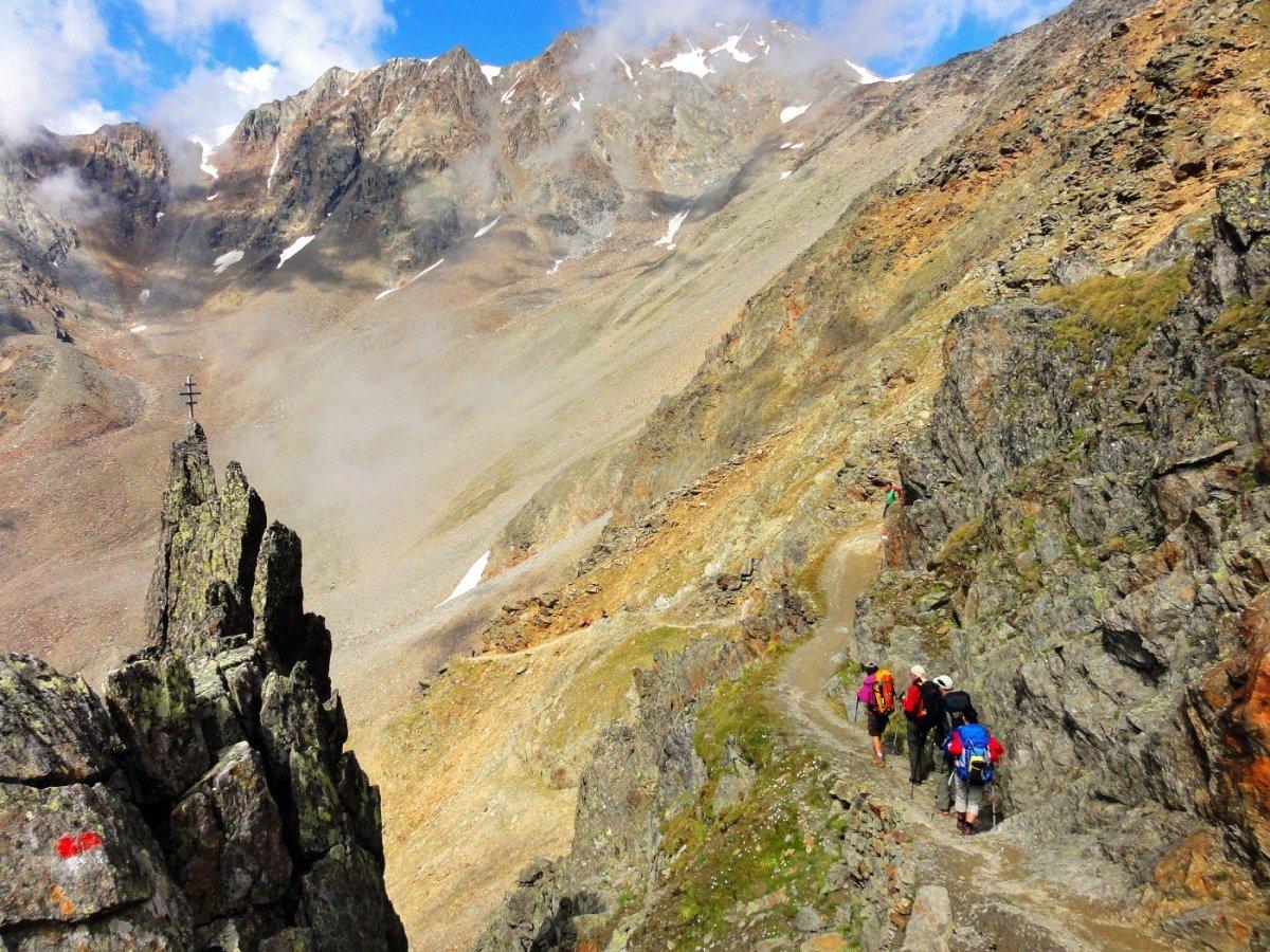 6. Tag - Auf anfangs steilem, aber gut abgesichertem Weg steigen wir nach der Mittagspause ab ins Schnalstal