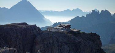 3. Tag - Am Nachmittag wandern wir auf den Kleinen Lagazuoi (2.573 m), wo die gleichnamige Hütte, unsere heutige Übernachtung,