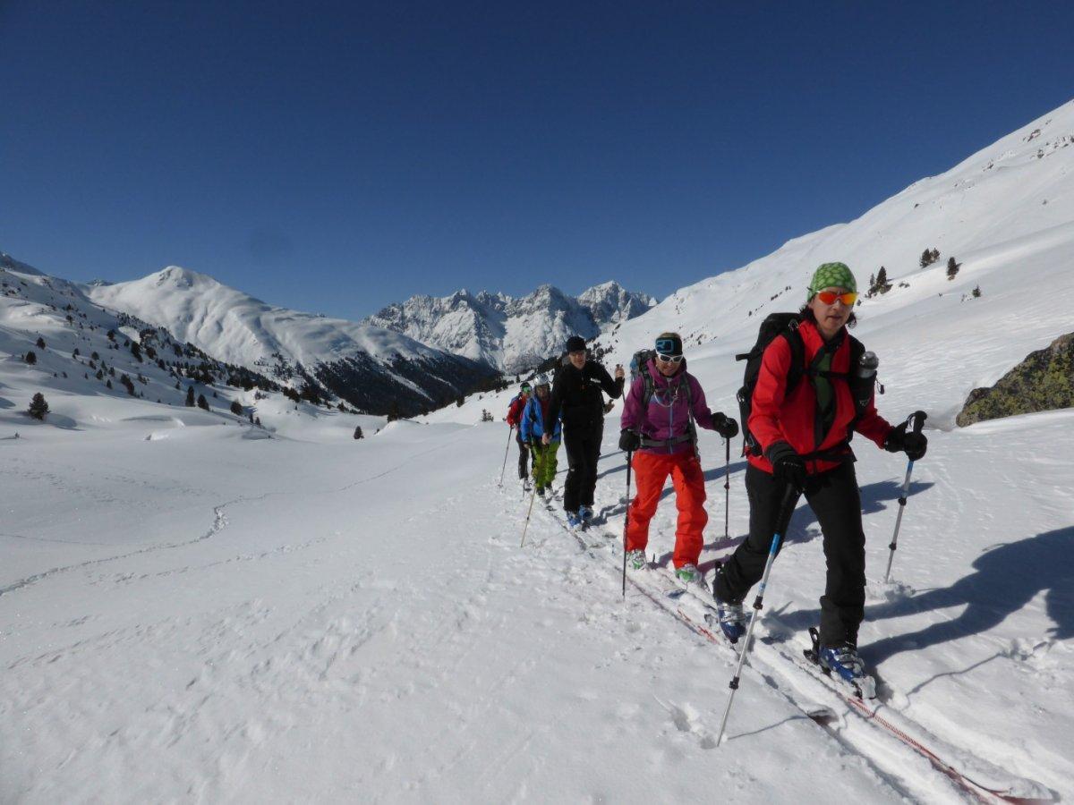 5.Tag - Nach der Abfahrt vom Mot Falain steigen wir die letzten Meter zum S-charl Joch (2.296 m) auf