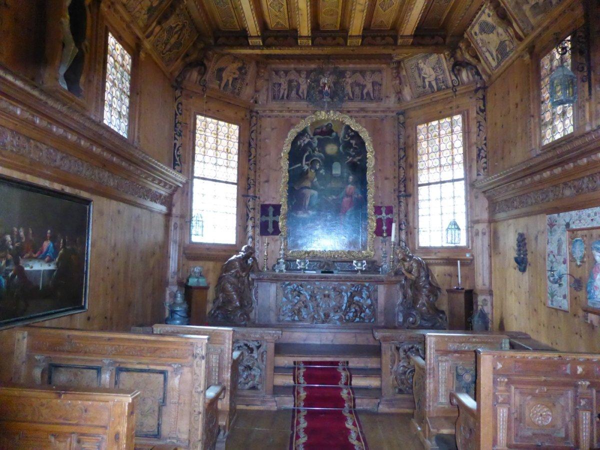 5. Tag - Der schön gestaltete Innenraum der kleinen Holzkapelle bei Zuort