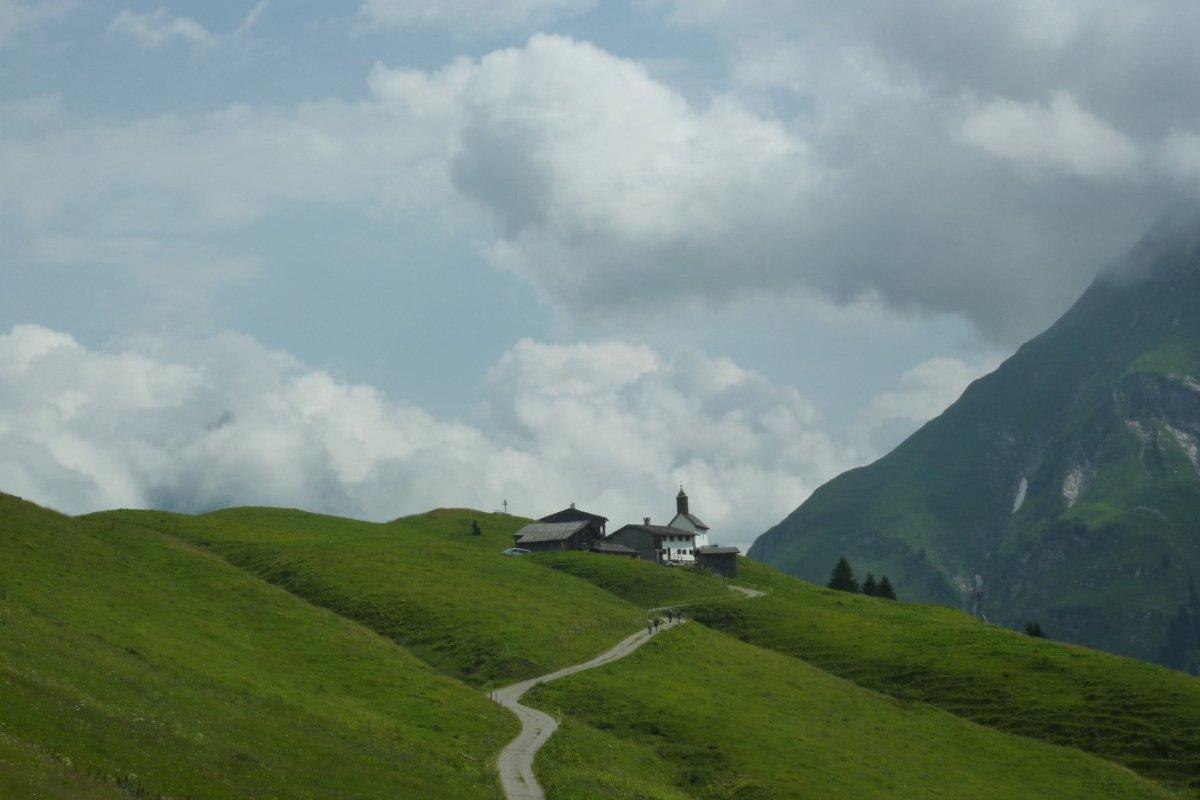 2. Tag - Nach dem Auenfeldsattel öffnet sich der Blick auf die Alpe Bürstegg, die ersten Häuser des berühmten Skiortes Lech