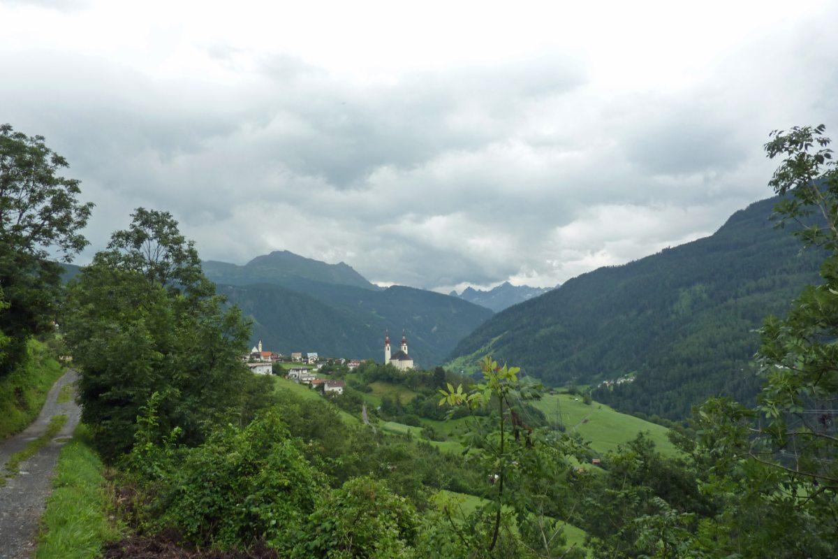 3. Tag - Über einen aussichtsreichen Höhenweg erreichen wir die Ortschaft Flies im Inntal, wo wir in einem Gasthof übernachten