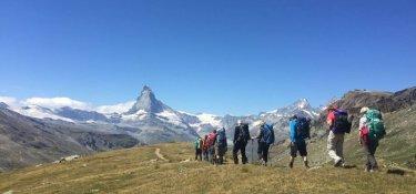 Im Abstieg zur Fluhalphütte mit großartiger Aussicht auf das Matterhorn