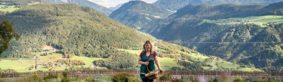 Christine Lageder im Bio Garten