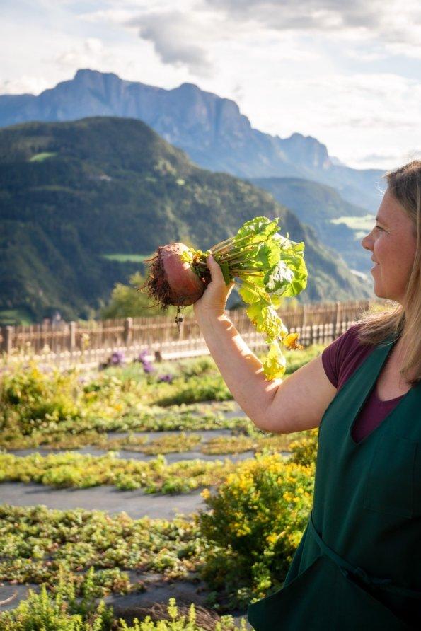 Christine Lageder im Bio Garten Gemüsegarten
