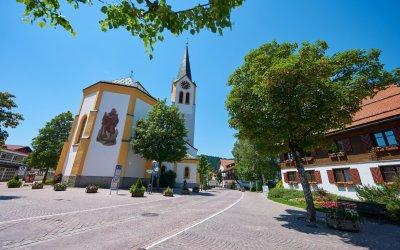 Blick auf die Pfarrkirche St. Peter und Paul in Oberstaufen