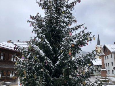 Geschmückter Christbaum am Marienplatz Oberstaufen