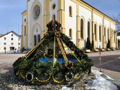 Der osterbrunnen am Kirchplatz Oberstaufen ist fertig