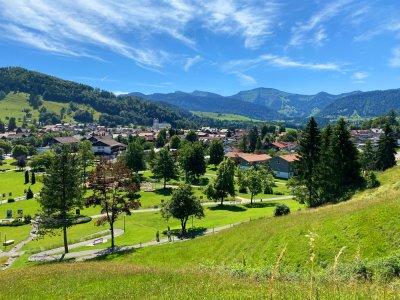 Sommerliches Oberstaufen mit Blick auf Hochgrat und Nagelfluhkette