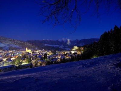 Oberstaufen im Winter bei Nacht