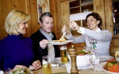 Eine Hütteneinkehr ist eine kulinarische Gaudi: Auf den Tisch kommen deftige regionale Spezialitäten.