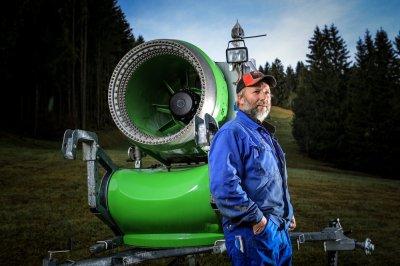 Der Schneimeister Konrad Höss vor der Schneekanone