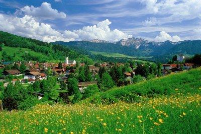 Die umliegenden Berge bescheren einen malerischen Ausblick
