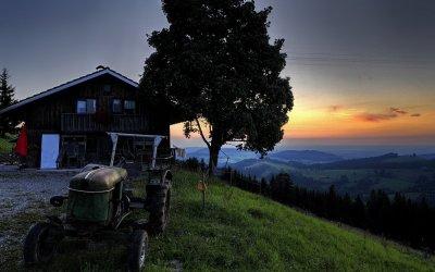 Sonnenaufgang auf einer Berghütte