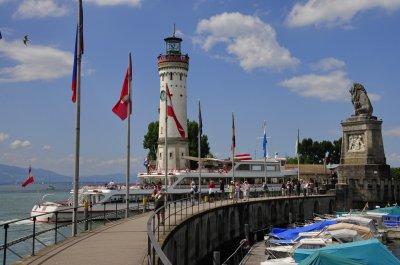 Bei einem Ausflug an den Bodensee lädt die Hafenpromenade von Lindau zum Flanieren ein.