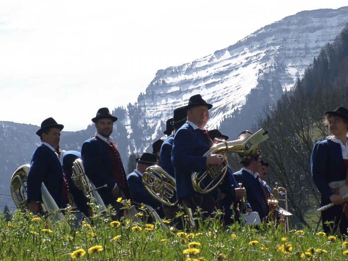 Musikanten vor Oberstaufen´s Hausberg Hochgrat.