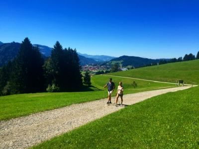 Wandern über grüne Wiesen