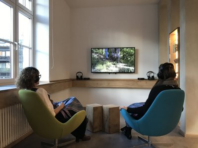Loungezone mit Großbildschirm