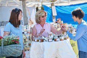 Lass dich kulinarisch auf dem Wochenmarkt verwöhnen.