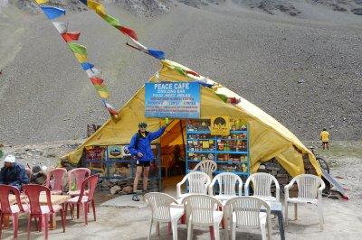Mitten im Himalaya - Gerhard mit der Oberstaufen Radflasche