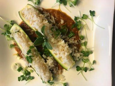Zucchinischiffchen mit Reis und Gemüsebolognese