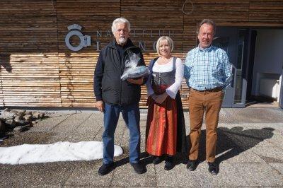 Herr Friedhelm Schmidt aus Langenhagen mit Claudia Broxton (OTM) und Heinz Kellersohn (Hotel Alphorn).