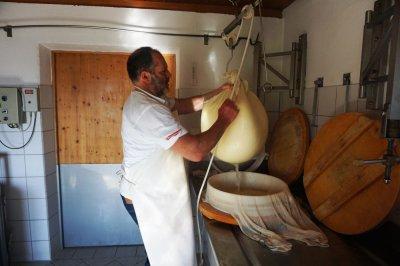tradionelle Käseherstellung - es geht in die Käseform