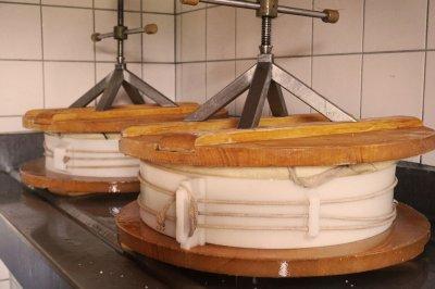 traditionelle Käseherstellung - abtropfen der Molke