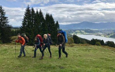 Wanderer am Aussichtspunkt Alpseeblick