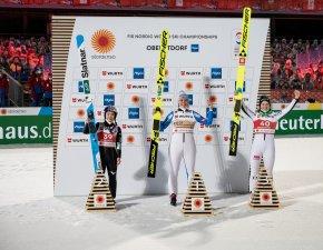 World Champion Maren LUNDBY (NOR, c.), 2nd Sara TAKANASHI (JPN, l.), 3rd Nika KRIZNAR (SLO,r.)