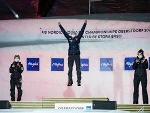 World Champion Maren LUNDBY (NOR, c.), 2nd Sara TAKANASHI (JPN,l.), 3rd Nika KRIZNAR (SLO,r.)