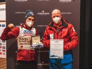 Piotr Zyla (l.), Georg Geiger (r.), 2. Vorsitzender des Skiclubs Oberstdorf e. V. Junghans Award Normal Hill Men