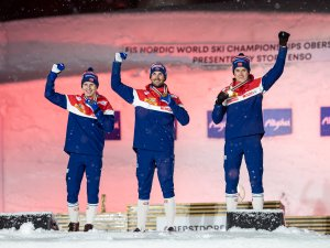 2nd Simen Hegstad Krueger (NOR,l.), World Champion Hans Christer Holund (NOR,c.), 3rd Harald Oestberg Amundsen (NOR,r.), pose du