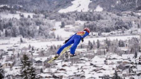 Richard Freitag fliegt über das winterliche Oberstdorf