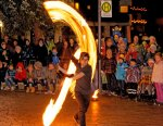 Bei den Feuershows der Oberstdorfer Glitzernacht leuchten nicht nur Kinderaugen. (Foto: Günther Jansen)