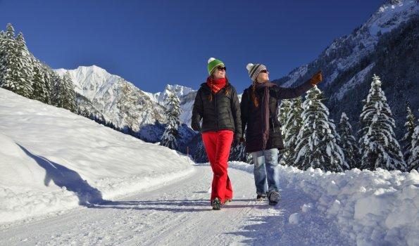 Winterwandern durch tiefverschneite Landschaften